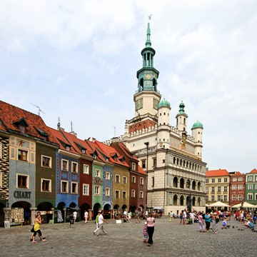 Old_marketplace_and_city_hall_in_Poznań.jpg